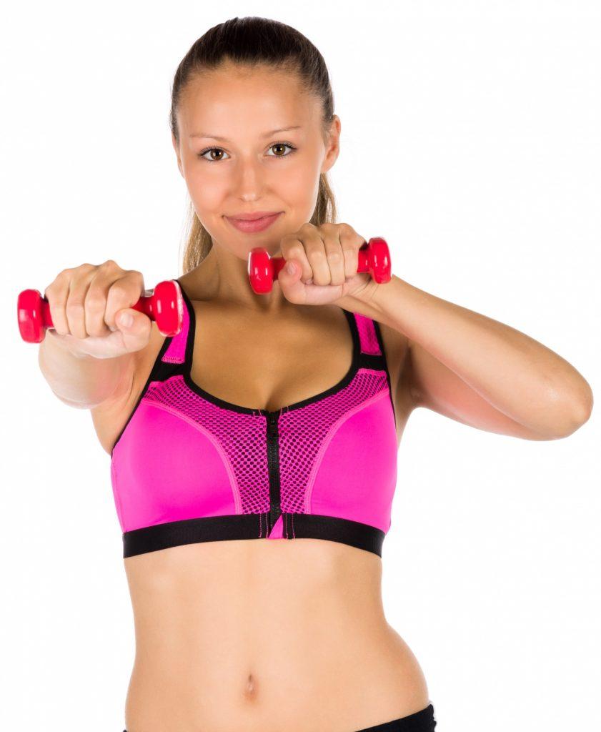 športová podprsenka, žena cvičí s činkami