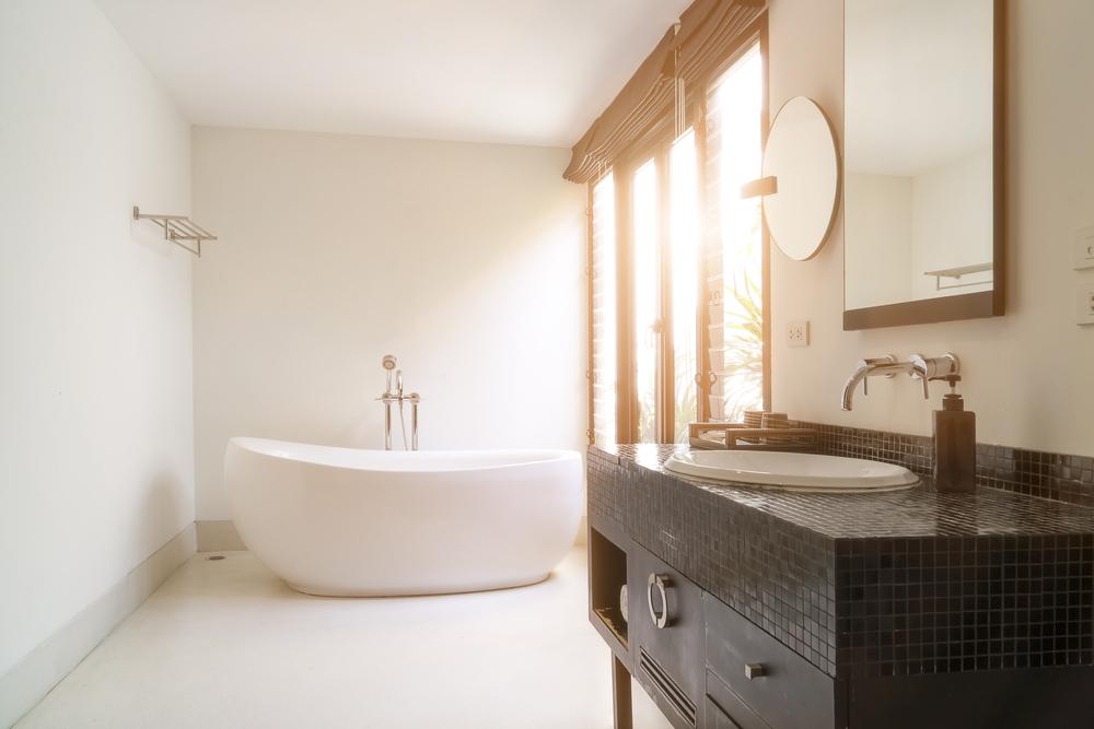 Kúpeľňa môže vyzerať elegantne aj vďaka oválnej vani